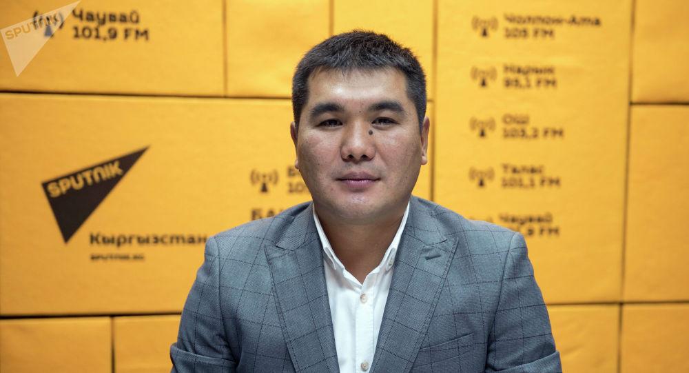 Исполняющий обязанности начальника отдела надзора за небанковскими финансово-кредитными организациями Национального банка КР Тынчтык Тенизбаев на радио Sputnik Кыргызстан