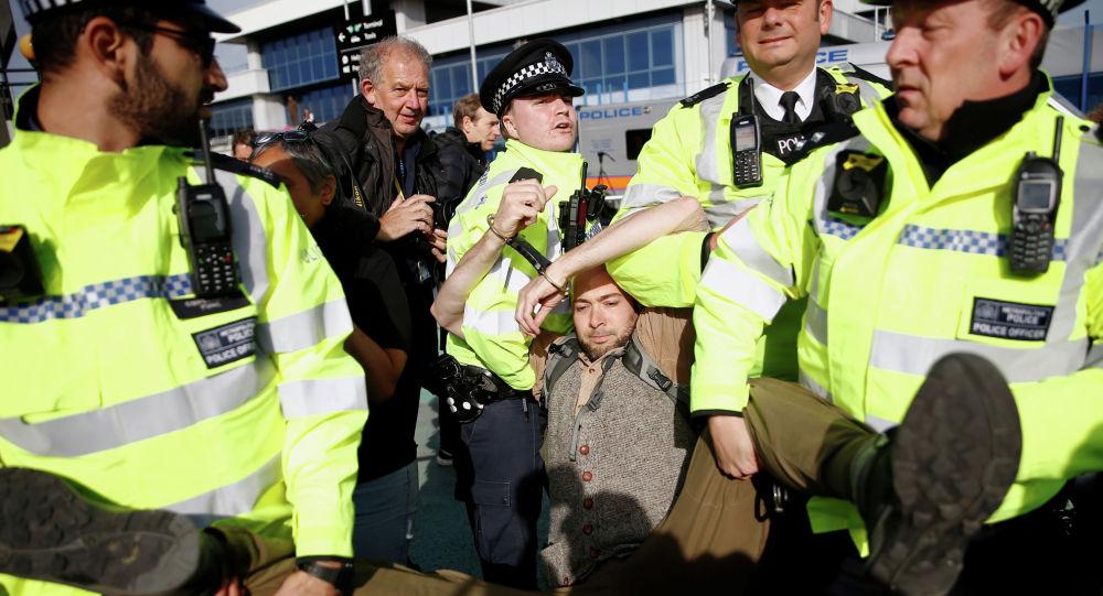 Полицейские задерживают протестующего против восстания во время демонстрации в аэропорту Лондон-Сити. Лондон, 10 октября 2019 года