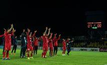 Футболисты сборной КР приветствуют болельщиков. Архивное фото