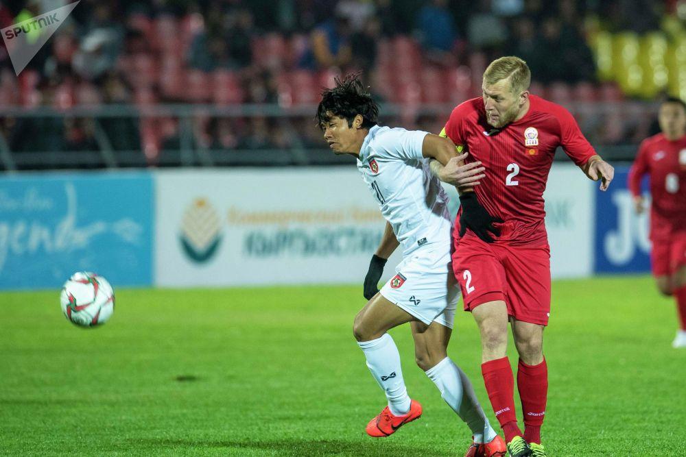 Защитник сборной Кыргызстан Валерий Кичин борется за мяч. Капитан сборной не только качественно выполнял свои обязанности, но и забил прекрасный гол.