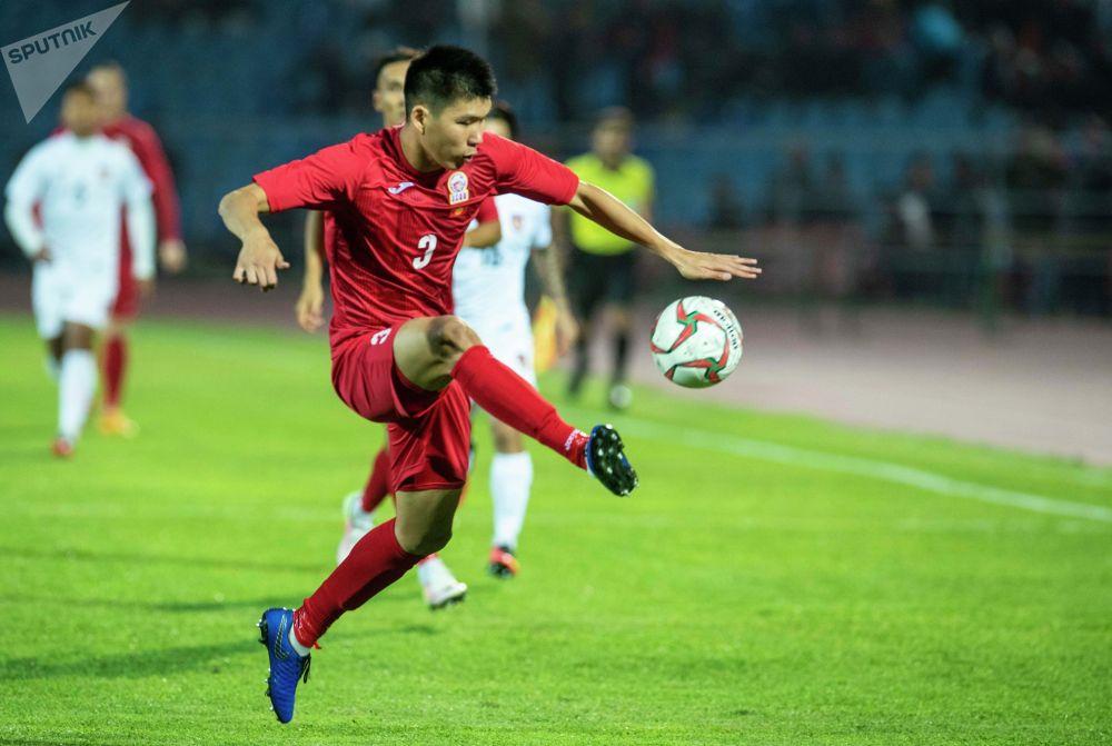 На фото защитник сборной Кыргызстана Тамирлан Козубаев. Во многом благодаря и его действиям сборная Мьянмы не смогла забить гол престижа.