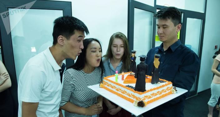 Пару лет назад сразу три наших сотрудника окончили университеты. Мы не могли не поздравить их оригинальным тортом. Кстати, мы всегда приветствуем молодых специалистов!