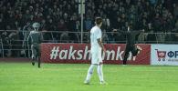 Болельщик, который выбежал на поле во время футбольного матча Кыргызстан — Мьянма в рамках отборочного раунда ЧМ-2022 в Бишкеке