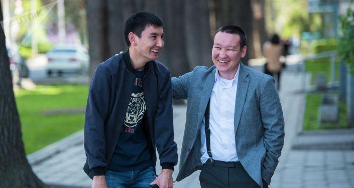 Шеф-редактор Эркин Алымбеков пытается подбодрить бильд-редактора Азамата Тотубаева. Мол, без отпуска еще никто не умирал.