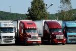 Грузовые автомобили во время таможенного осмотра. Архивное фото