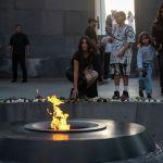 Американская модель и телезвезда Ким Кардашьян возлагает цветы к Вечному огню на территории мемориального комплекса Цицернакаберд, посвященного памяти жертв геноцида армян 1915 года, в Ереване