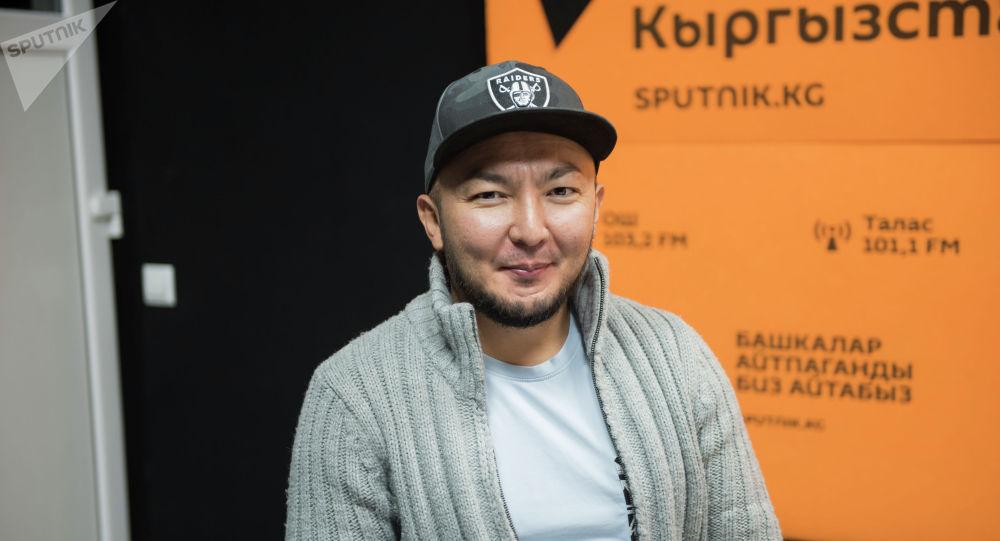 Начальник отдела маркетинговых коммуникаций одной из сотовых компаний страны Эрмек Джуматаев во время беседы на радио