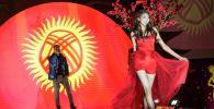 Участница конкурса красоты на фоне флаг Кыргызстана. Архивное фото
