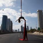 Израильская акробатка выступает посреди шоссе в день праздника Йом Киппур в Тель-Авиве