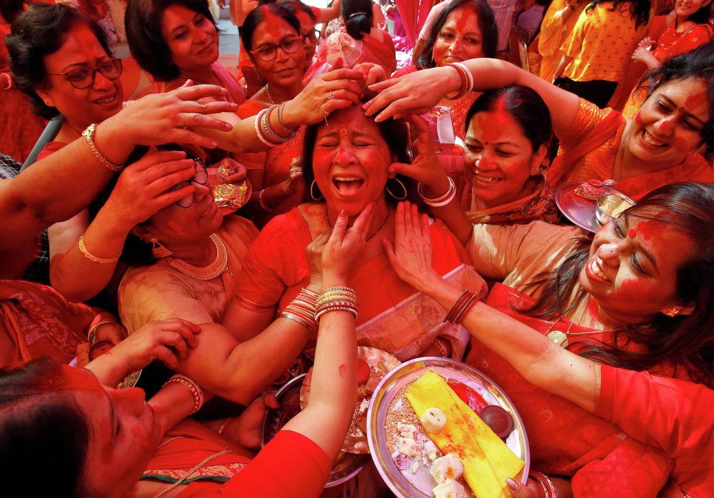 Поклонение индуистской богине Дурге в последний день фестиваля Дурга Пуджа в Чандигархе (Индия)