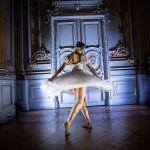 Танцовщица из балетной труппы Парижской оперы выступает в спектакле Degas Danse в музее Орсе