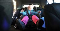 Ребенок в детском автомобильном кресле.