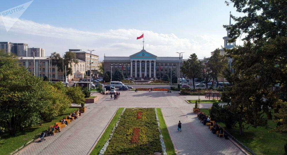 Вид на аллею Молодежи и фасад мэрии Бишкека с высоты в Бишкеке. Архивное фото