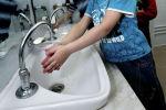 Воспитанники детского сада моют руки. Архивное фото