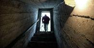 Мужчина выходит из подвала. Архивное фото