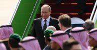 Президент РФ Владимир Путин во время встречи в аэропорту имени короля Халеда в Эр-Рияде.