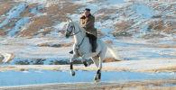 Лидер КНДР Ким Чен Ын в ходе инспекционной поездки по уезду Самчжиен на белом коне поднялся на священную для корейцев гору Пэктусан