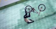 Немецкий велосипедист Йоханнес Фишбах пережил страшное падение, пытаясь побить собственный рекорд по прыжку с трамплина для лыжников.