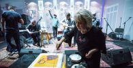 Руководитель агентства Елена Череменина разрезает торт на праздновании пятилетия информационного агентства Sputnik Кыргызстан