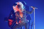 Фанатына жармашып бийлеген Леди Гага. Архивдик сүрөт
