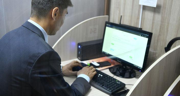 Министр иностранных дел КР Чингиз Айдарбеков посетил государственное учреждение Кыргызтест и сдал тестирование на знание государственного языка. 19 Октябрь, 2019 года