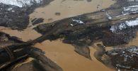 Место прорыва технологической дамбы на реке Сейба в Курагинском районе Красноярского края, в результате чего были затоплены общежития рабочих золотодобывающей артели