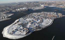 Вид на тюрьму Райкерс под снежным покровом в районе Бронкса Нью-Йорка