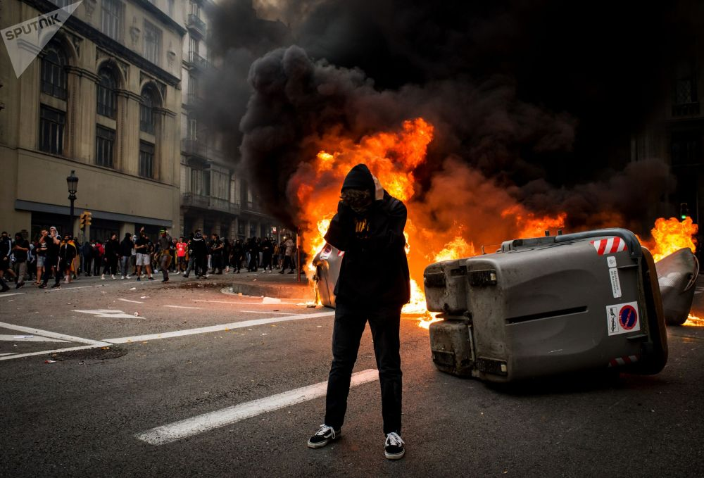 Барселонанын көчөлөрүнө нааразычылык акциясына чыккандар. Каталонияда жолдорду жабуу, темир жолдорду тосуу, митинг жана башаламандыктар 14-октябрда башталды. Буга Испаниянын Жогорку соту 12 саясатчыны 2017-жылы көз карандысыздык жөнүндөгү референдумду мыйзамсыз өткөрүүгө тиешеси бар деп өкүм чыгарганы себеп болгон. Ага ылайык, тогуз адам 9-13 жылга кесилип, үчөө күнөөлүү деп табылып айыпка жыгылган.