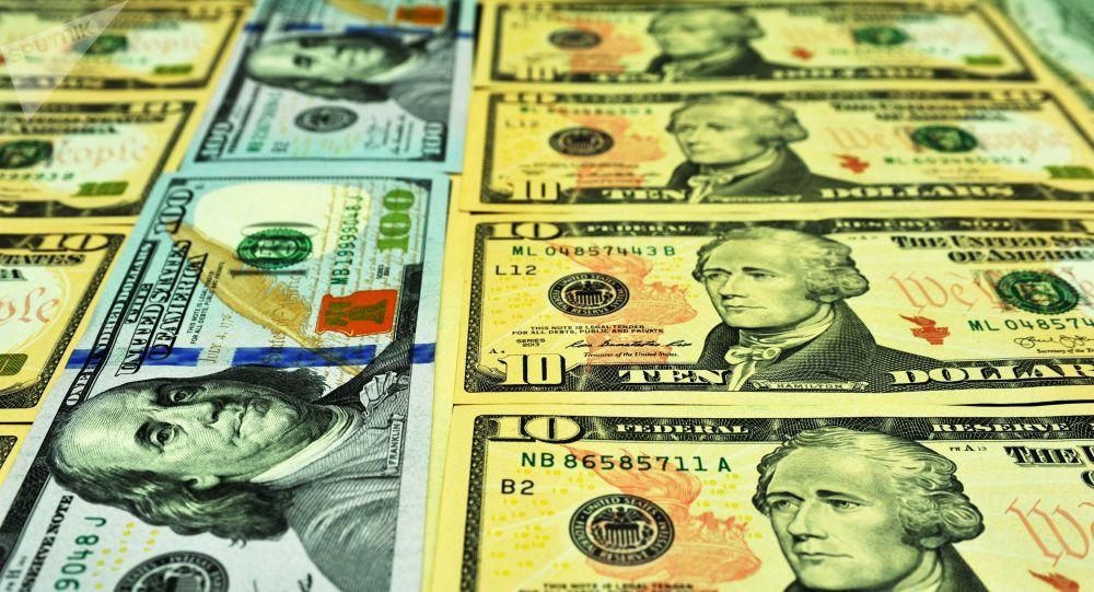 Банкноты номиналом 10 и 100 долларов США. Архивное фото