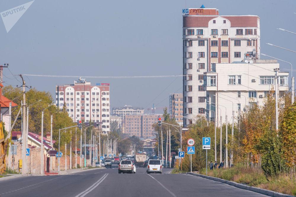 Автомобильное движение на одной из улиц Бишкека
