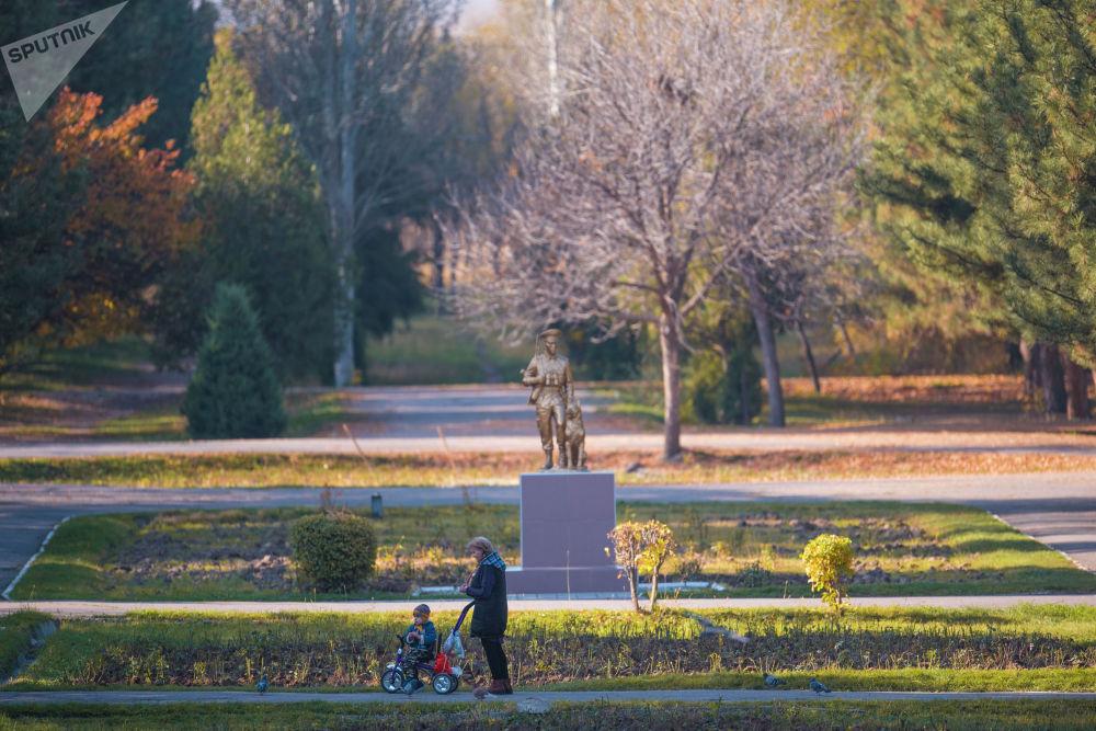 Женщина с ребенком гуляют в парке имени Дайыра Асанова в Бишкеке