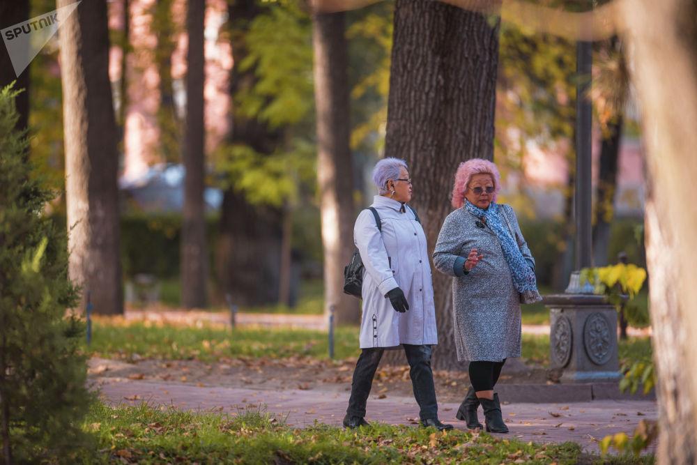 Женщины идут по бульвару Эркиндик в Бишкеке