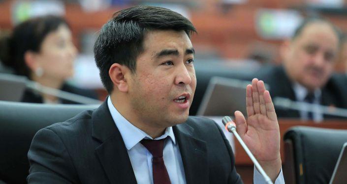 Депутат ЖК Жанар Акаев на заседании