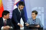 Премьер-министр КР Мухаммедкалый Абылгазиев и премьер-министр Сербии Ана Брнабич на церемонии подписания соглашения о свободной торговле между Евразийских экономическим союзом и Сербией.