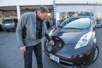 Насколько экономично содержать электроавтомобиль, в чем его преимущество перед бензиновым двигателем в городских условиях, рассказал владелец машины нового поколения Григорий Михайлов.