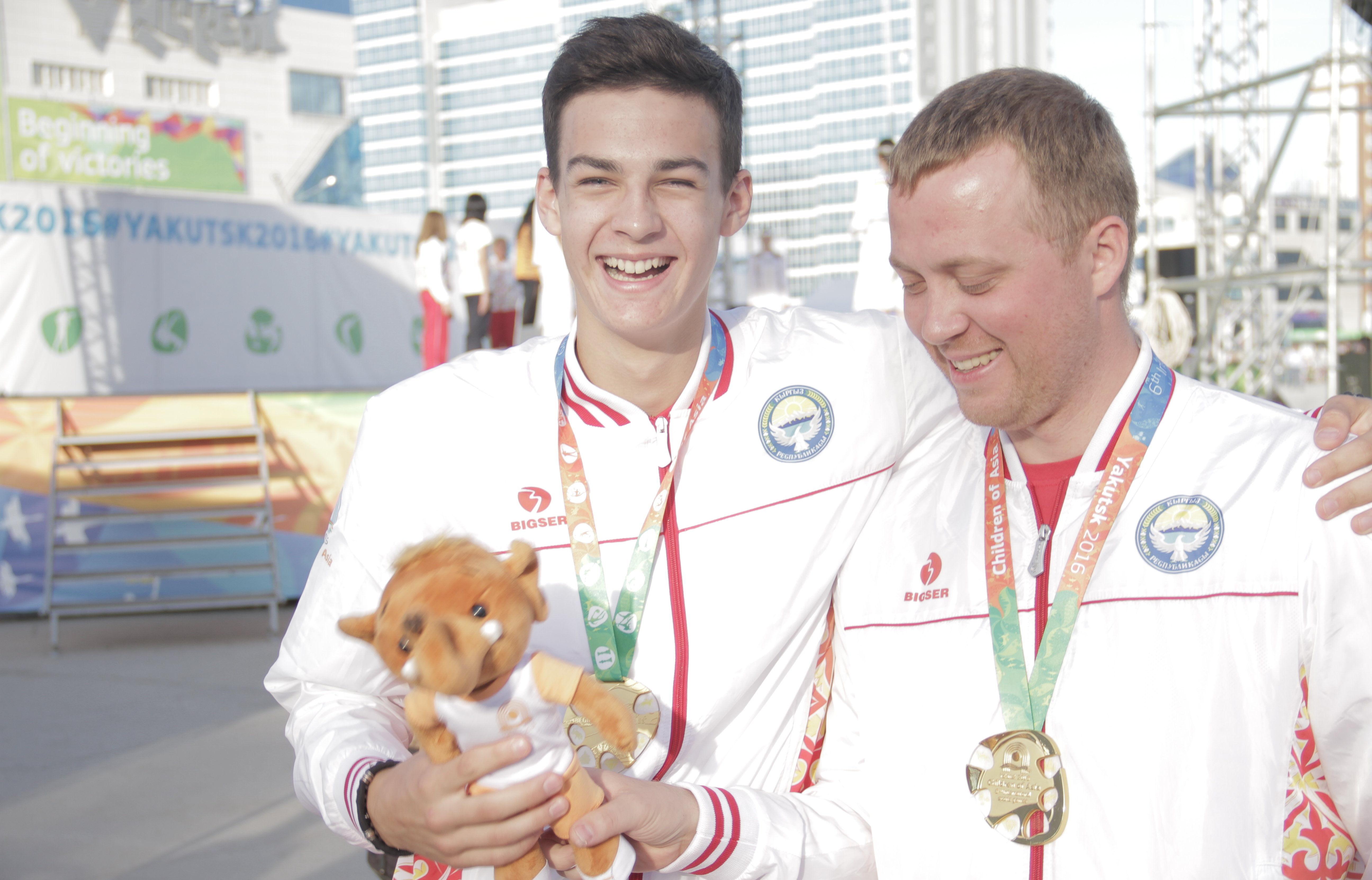 Участник Олимпиады-2016, кыргызстанский пловец Денис Петрашов с тренером