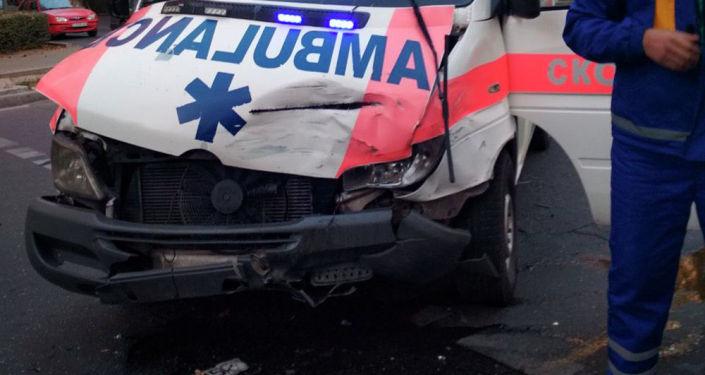Бишкекте медициналык борборлордун биринин атайын унаасы менен Toyota Camry үлгүсүндөгү жеңил автокөлүк кагышты