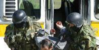Солдаты спецназа Государственного комитета национальной безопасности Кыргызстана (ГКНБ) арестовывают мужчину во время их антитеррористических учений на полигоне Ала-Тоо. 23 мая 2007 года