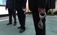 Люди с наручниками. Архивное фото