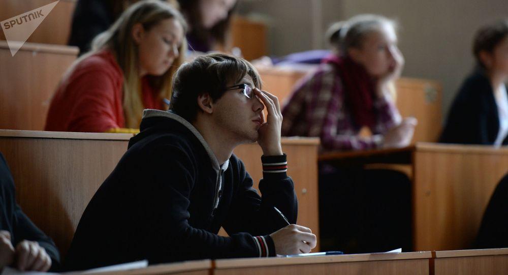 Студент лекцияда. Архивдик сүрөт