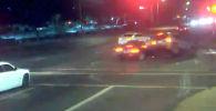 В американском городе Финиксе (штат Аризона) столкновение двух автомобилей помогло пешеходам избежать наезда.