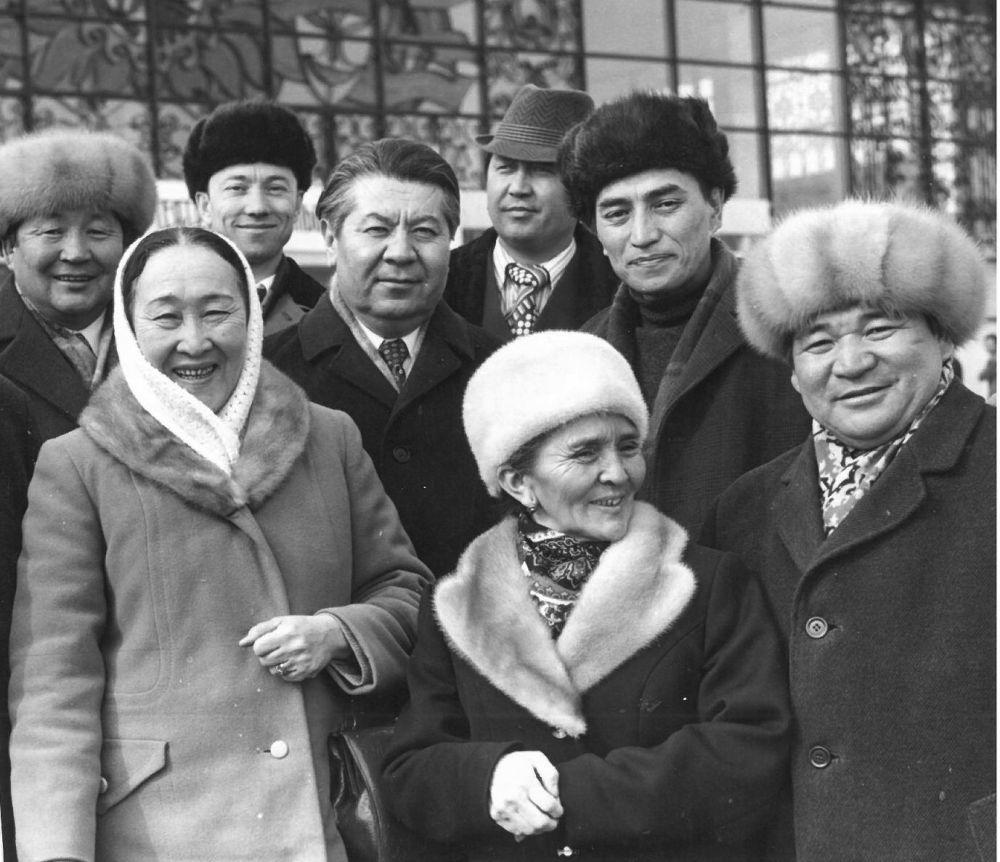 Замандаштар: Даркүл Күйүкова, Сабира Күмүшалиева жана төкмө акын Эстебес Турсуналиев