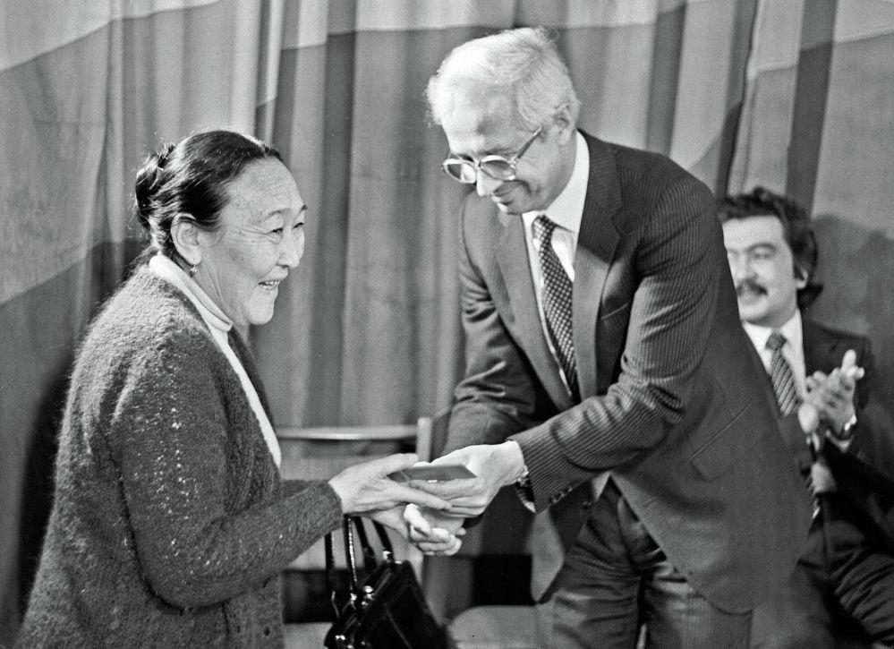 Актриса Кыргыз улуттук академиялык драма театрында 100дөн ашык ролду ийине жеткире аткарган