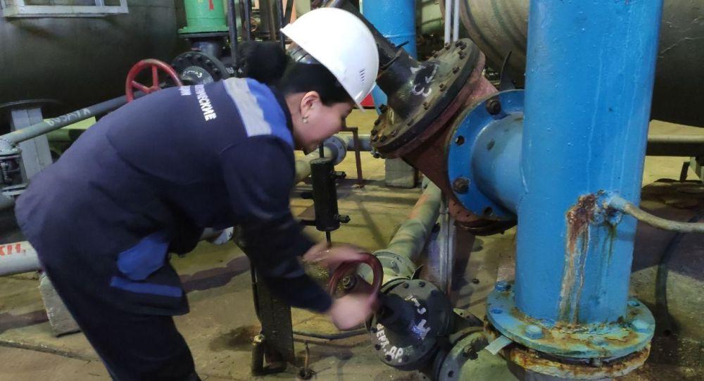 Сотрудники во время работы на ТЭЦ Бишкека, который вырабатывает тепло для более 100 тысяч квартир