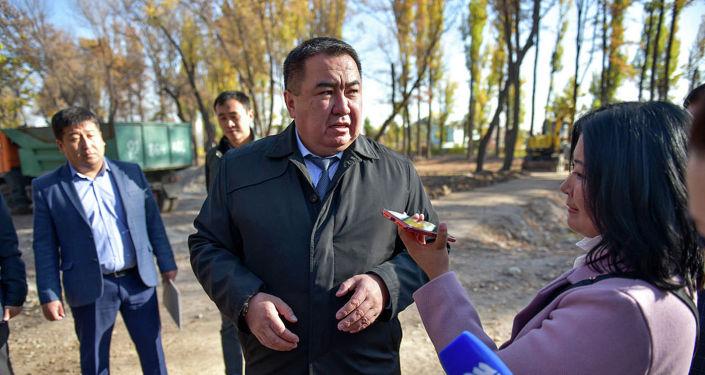Вице-мэр Бишкека по вопросам ЖКХ Мирлан Амантур во время полевой планерки