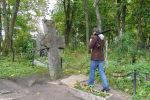 Мужчина на кладбище. Архивное фото
