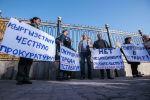 Участники митинга против строительства многоэтажных домов на ореховом лесу на 6 мкр в Бишкеке