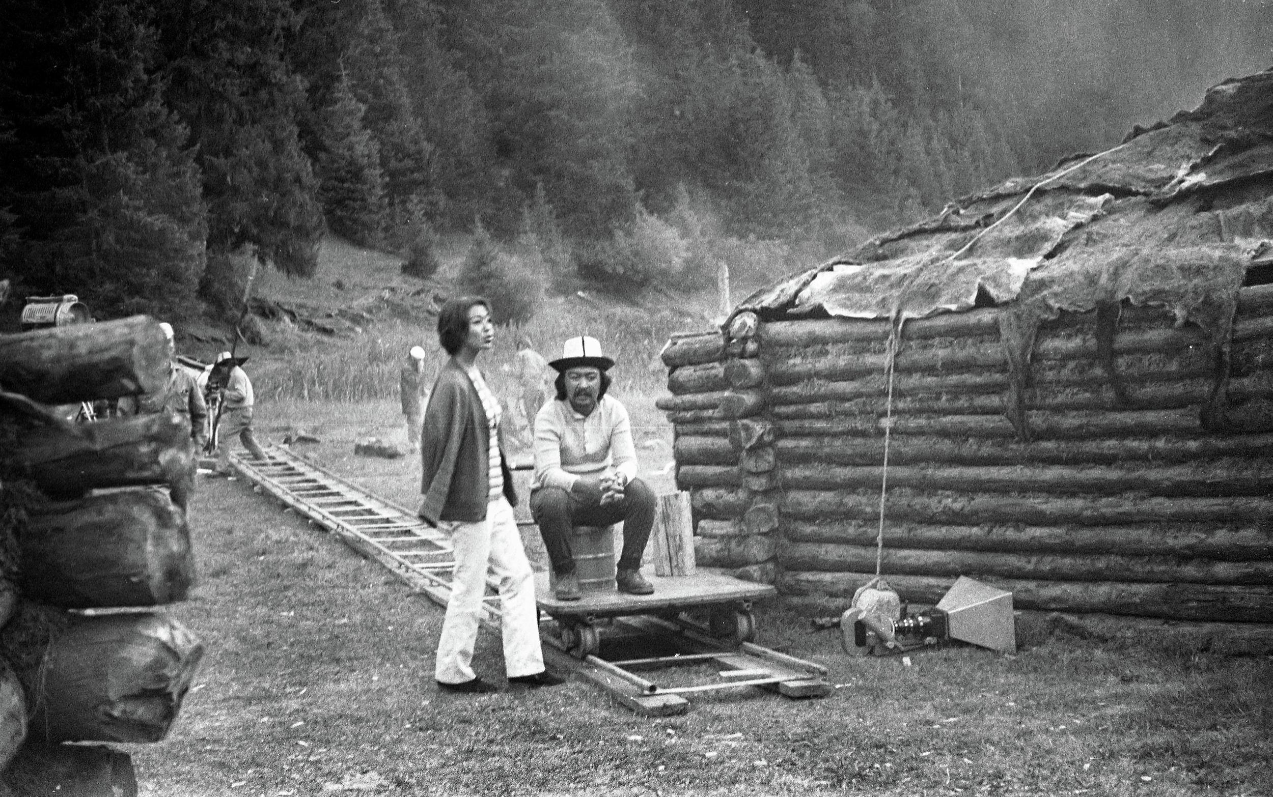 Атактуу режиссер Болот Шамшиев менен актриса Айтурган Темированын сүрөтү 1975-жылы Ысык-Көл облусунда тартылган.