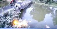 На севере Индии столкновение легкового автомобиля с авторикшей на мосту едва не обернулось трагическим исходом.