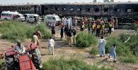 Машины скорой помощи и спасатели на месте пожара в пассажирском поезде возле города Рахим Яр Хан. Пакистан, 31 октября 2019 года.